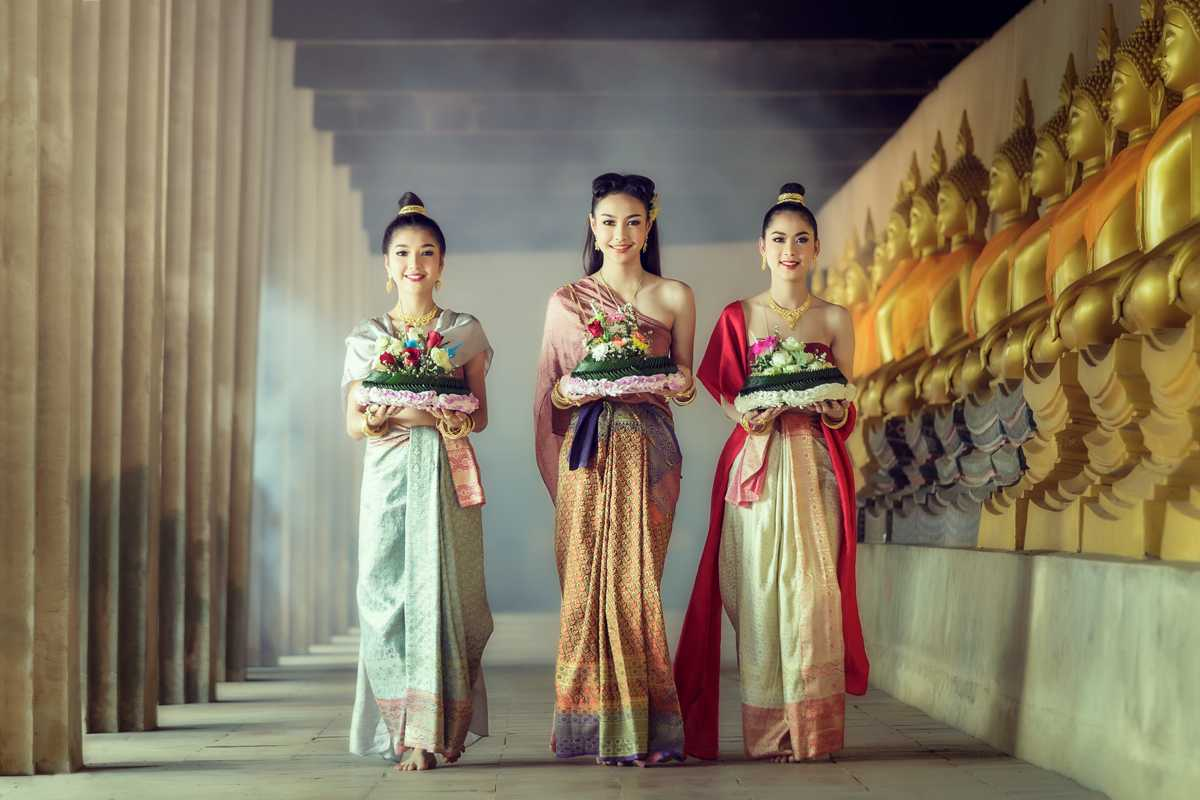 Women dressed in traditional Thai clothing for Loy Krathong